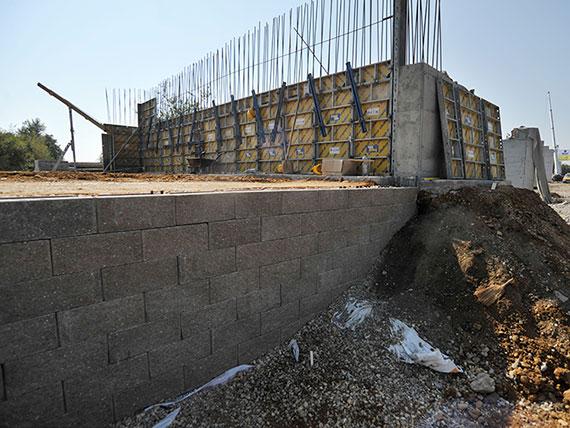 Beton homlokfelületű georáccsal erősített hídháttöltés és támfal – Szombathely